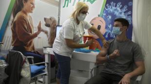 Un jeune israélien se fait vacciner contre le Covid-19 le 15 février 2021.