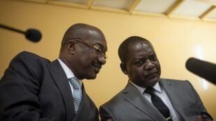 Le Premier ministre centrafricain Firmin Ngrébada, à droite.