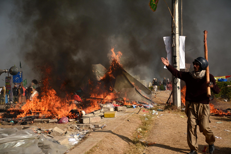 Manifestantes bloqueiam principais estradas de acesso à capital, Islamabad.