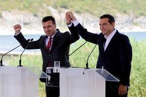 El primer ministro de Macedonia Zoran Zaev y el de Grecia, Alexis Tsipras, durante la firma de un acuerdo sobre el nuevo nombre de República del Norte de Macedonia. Psarades (Macedonia griega), frontera con Macedonia, 17 de junio de 2018.