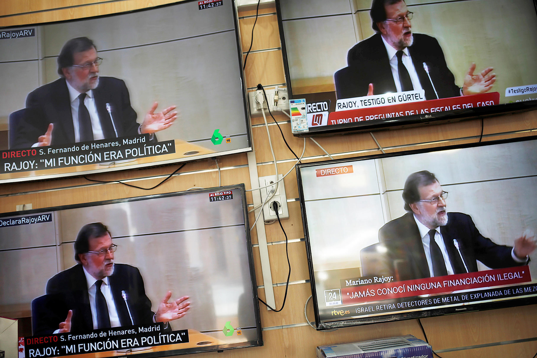 La comparecencia del presidente del gobierno español Mariano Rajoy en pantallas de televisión de una tienda en Henares, en las afueras de Madrid, el 26 de julio de 2017.