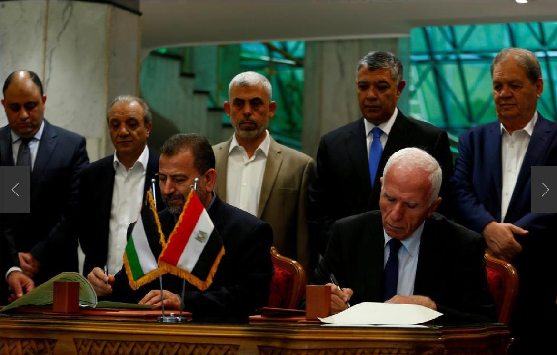 Shugaban tawagar Hamas Saleh Arouri da na Fatah Azzam Ahmad yayin rattaba hannu kan yarjejeniar sulhu da juna a Alkhahiran Masar 12, 2017.