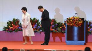 Bà Lâm Trịnh Nguyệt Nga (Carrie Lam) và chủ tịch Trung Quốc Tập Cận Bình vào tháng 07/2017 tại Hồng Kông nhân lễ nhậm chức trưởng đặc khu của bà Lâm. Ảnh tư liệu