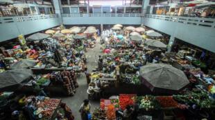 Suite aux mesures de confinement pour prévenir la propagation du virus, plusieurs petits agriculteurs ne peuvent pas accéder aux marchés pour y vendre leurs produits ou y acheter (image: le marché de Treichville, à Abidjan, en février 2014).