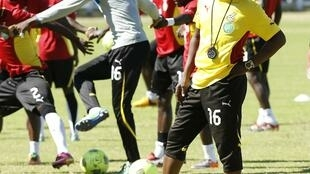 Ghana's head coach Kwesi Appiah looks on during his team's training session in Port Elizabeth, 1 February, 2013