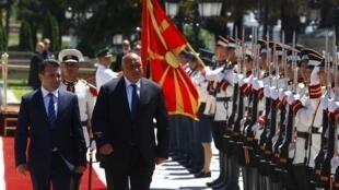 Премьер-министр Македонии Зоран Заев и его болгарский коллега Бойко Борисов на торжественной церемонии в Скопье, 1 августа 2017.