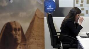 Funcionária da Egyptair em Paris, companhia aérea cujo avião desapareceu no Mediterrâneo, provocando um golpe duro para o setor do turismo no Egito.