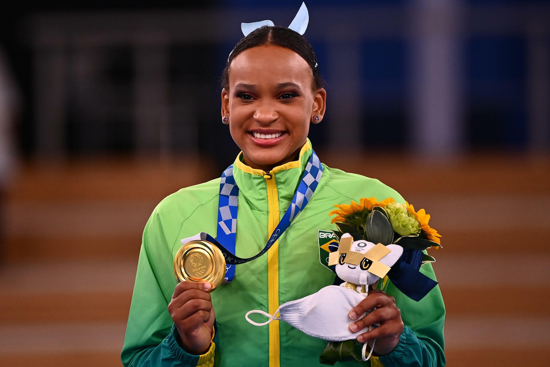 La brasileña Rebeca Andrade posa sonriente con la medalla de oro en el podio de la modalidad de salto de la gimnasia artística de los Juegos Olímpicos, el 1 de agosto de 2021 en Tokio