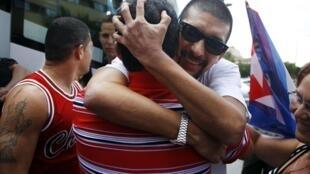 L'ancien prisonnier politique cubain Marcelo Cano Rodriguez retrouve des proches à son arrivée à l'hôtel, près de Madrid, le 17 août 2010.