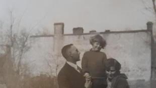 Александр Мейсельман, с женой Екатериной и дочерью Ксенией. Пушкин, 1931 год.