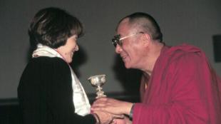 Bà Danielle Mitterrand và Đức Đạt Lai Lạt Ma tại Los Angeles, 11/10/1999.