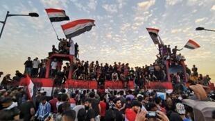 Des manifestants célèbrent le premier anniversaire de la protestation anti-gouvernementale, le 25 octobre 2020 à Bagdad, en Irak.