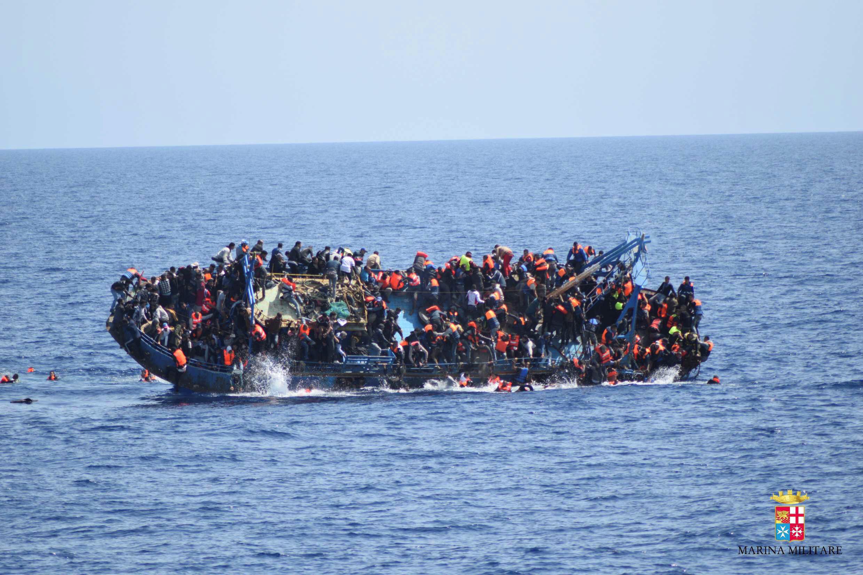 Итальянские поряки готовятся оказать помощь мигрантам, 25 мая 2016 год