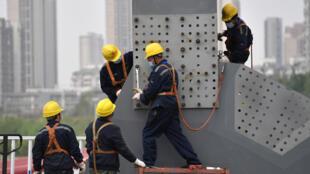 中国武汉 工作人员拆卸方舱医院建筑 2020年3月24日 照片