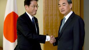 Ngoại trưởng Trung Quốc Vương Nghị (p) được đồng nhiệm Nhật Bản Fumio Kishida tiếp đón tại Tokyo (Nhật Bản) ngày 24/08/2016.