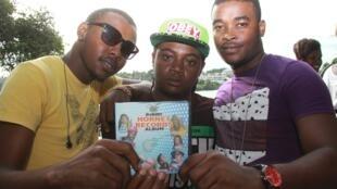 Msanii Chikuku Chikuzee (katikati) akiwa na wafadhili wake, akizindua album mpya HORNET RECORDS Mombasa juni 2015