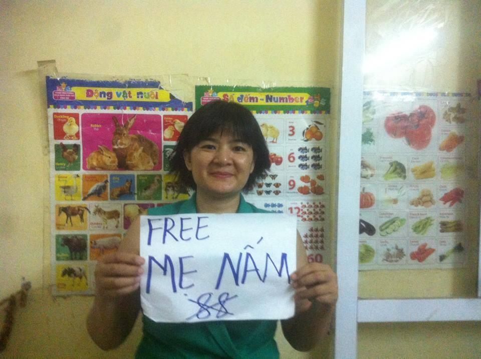 """Ảnh minh họa : Blogger Trần Thị Nga lúc phản đối việc bắt giam """"Mẹ Nấm"""". Ảnh tháng 10/2016."""