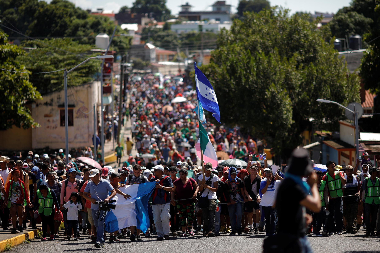 墨西哥塔帕丘拉的中美洲移民大篷车队伍2018年10月22日。