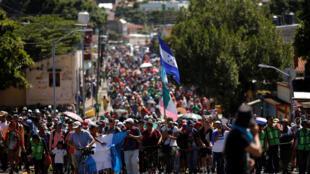 墨西哥塔帕丘拉的中美洲移民大篷車隊伍2018年10月22日。