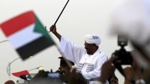 Le président Omar el-Béchir à son arrivée à Khartoum, le 15 juin 2015.