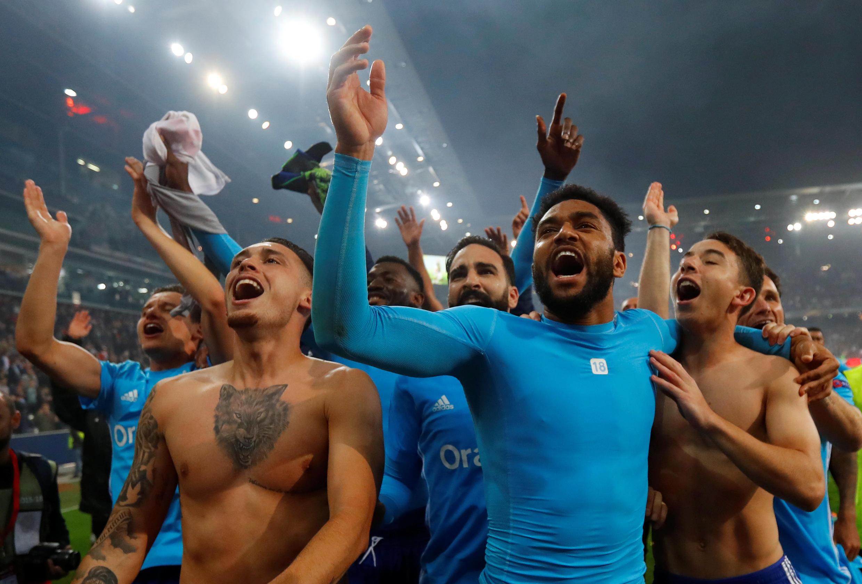 O Olympique de Marseille celebra a classificação para a final da Liga Europa no estádio do Red Bull Salzburg.