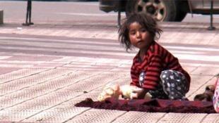 Niña en Bolivia (fotograma del documental '¿El fin de la pobreza?', de Philippe Diaz).