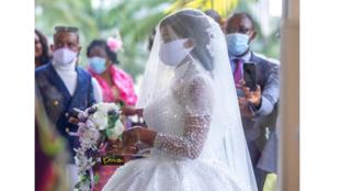 Photo mariée masquée