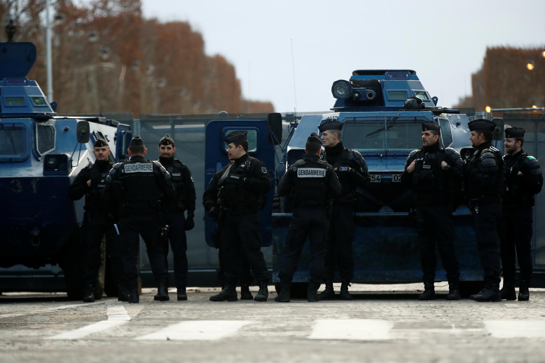 Xe thiết giáp được triển khai trên đại lộ Champs-Elysées ngăn ngừa bạo động cuộc biểu tình Áo Vàng ngày thứ Bảy 08/12/2018.