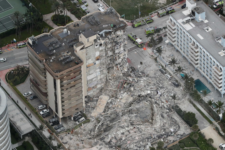 Parte do prédio na estância balneárea de Surfside, na Flórida, foi totalmente destruída.