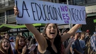 Des étudiants chiliens manifestent pour la gratuité de l'éducation à Santiago, le 19 avril.
