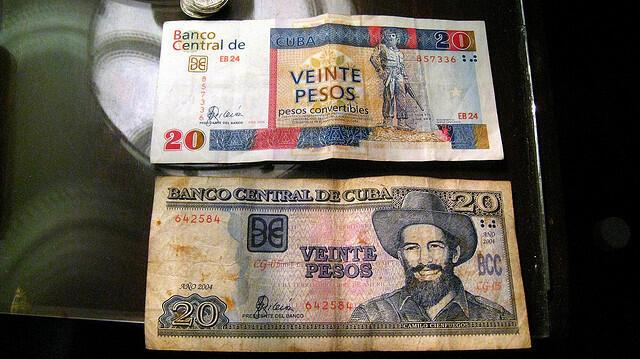 Billetes de 20 pesos convertibles y de 20 pesos cubanos.