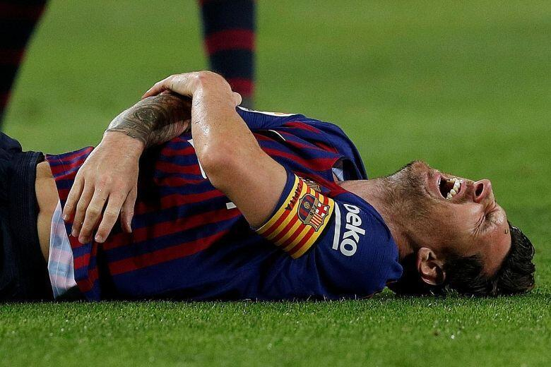 Dan wasan Barcelona Lionel Messi bayan samun rauni a hannu, yayin wasan da suka lallasa Sevilla da kwallye 4-2.