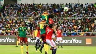 Frappe de la tête de Nkoulou et but ! Le Cameroun revient au score 1-1 face à l'Egypte !