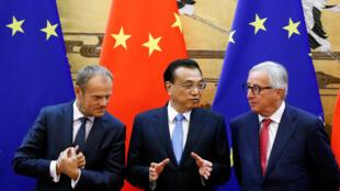 Le président du Conseil européen, Donald Tusk, le Premier ministre chinois, Li Kegiang et le président de la Comission européenne Jean-Claude Junker le 16 juillet 2018 à Pékin.