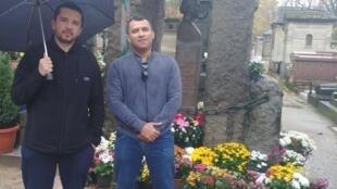 Wendel, do Rio Grande do Norte e Ismael Dantas, de Fortaleza, vieram a Paris e aproveitaram para visitar o túmulo de Allan Kardec, fundador do Espiritismo