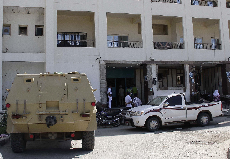 Des soldats égyptiens montent la garde devant l'hôpital el-Arish où reposent les corps des 16 gardes-frontière égyptiens. Arish, dans le nord du Sinaï, le 6 août 2012.