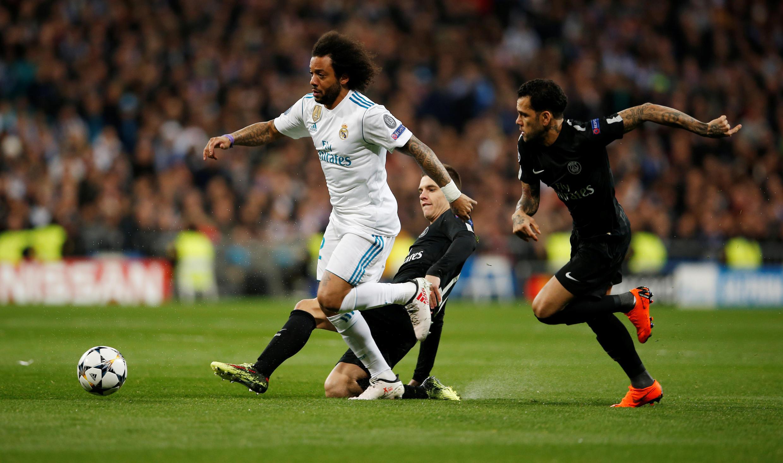 Dani Alves e Giovani em ação no jogo entre Madri e Paris St Germain, nesta quarta-feira