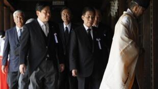 時任日本國家公安委員長松原仁和國土交通大臣羽田雄一郎(左二)2012年8月15日參拜靖國神社,這是民主黨09年執政以來,首次出現閣僚參拜靖國神社。