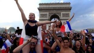 Париж, вечер победы сборной Франции в ЧМ 15 июля 2018