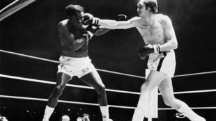El boxeador francés Jean-Claude Bouttier (drcha) golpea al estadounidense Emile Griffith durante un combate de pesos medios en París el 19 de diciembre de 1972