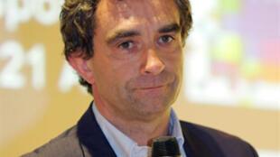 """L'ancien joueur international français de football Dominique Rocheteau, lors de la présentation de son autobiographie """"On m'appelait l'ange vert..."""" à Paris, le 20 avril 2005."""