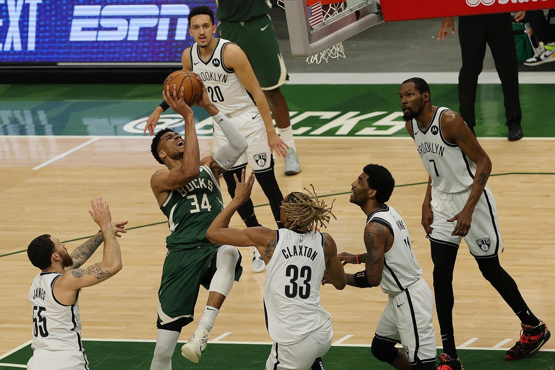 Le pivot grec Giannis Antetokounmpo (Milwaukee Bucks) s'infiltre au milieu de la défense des joueurs des Brooklyn Nets, lors du 3e match des play-offs NBA de la demi-finale de la conférence Est, le 10 juin 2021 à Milwaukee