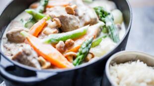 白汁烩小牛肉是一道经典的法国菜,其实而各家有不同做法