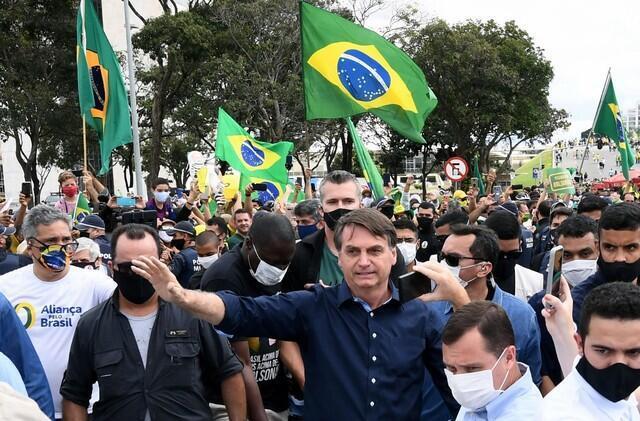 برغم فاجعه بهداشتی در برزیل، جائیر بولسونارو، رئیس جمهوری این کشور، روز یکشنبه ۴ خرداد/ ۲۴ مه در گردهمآیی طرفداران خود، در مخالفت با مقرارات بهداشتی و رعایت طرح فاصله گذاری اجتماعی، ماسک خود را برداشت و دست طرفداران خود را فشرد