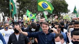 Shugaban kasar Brazil Jair Bolsonaro daga tsakiya, yayin gaisawa da dubban magoya bayansa a Brasilia. 24 ga Mayu, 2020
