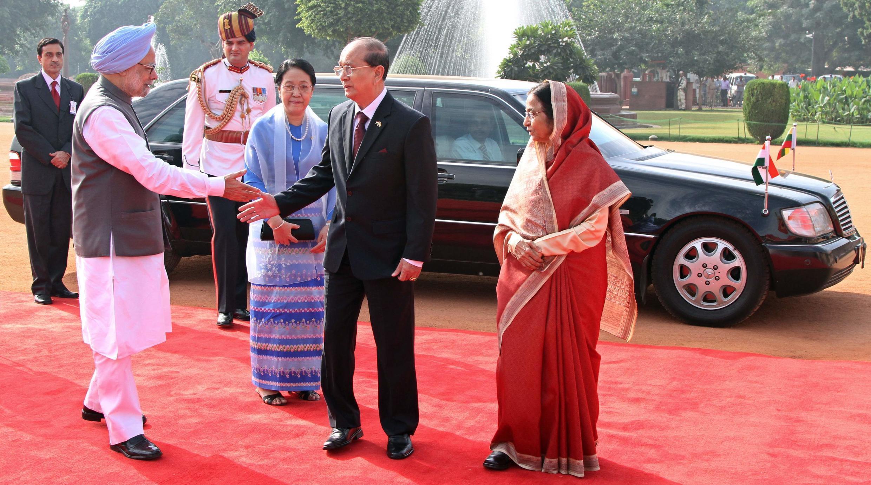 Thủ tướng Manmohan Singh (trái) và tổng thống Ấn Độ Pratibha Patil (phải) tiếp đón tổng thống Miến Điện Thein Sein  tại dinh tổng thống Rashtrapati Bhavan tại New Delhi ngày 14/10/2011.