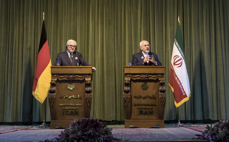 លោក Mohammad Javad Zarif រដ្ឋមន្រ្តីការបរទេសអ៊ីរ៉ង់ (ស្តាំ) និងលោក Frank-Walter Steinmeier រដ្ឋមន្រ្តីការបរទេសអាល្លឺម៉ង់ នៅក្នុងសន្និសីទសារព័ត៌មានរួមគ្នា ថ្ងៃសៅរ៍ ១៧តុលា ២០១៥