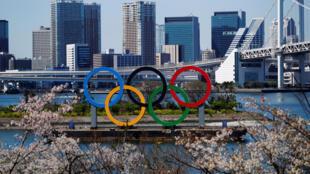2020年3月25日,在日本东京台场海洋公园的海滨地区的巨型奥林匹克五环。 路透社/加藤一生