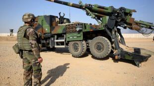 Le 31 octobre 2016, des soldats français déploient un obusier à canon, au sud de Mossoul, dans la mesure où ils fournissent un soutien militaire aux forces irakiennes qui luttent pour reprendre la ville de Mossoul.