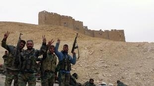 Vikosi vya Syria vikiwasili katika milima inayozunguka mji wa kale wa Palmyra, , Machi 26, 2016.